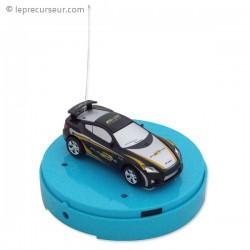 Petite automobile téléguidée