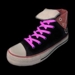 Paire de lacets rose brillant dans le noir