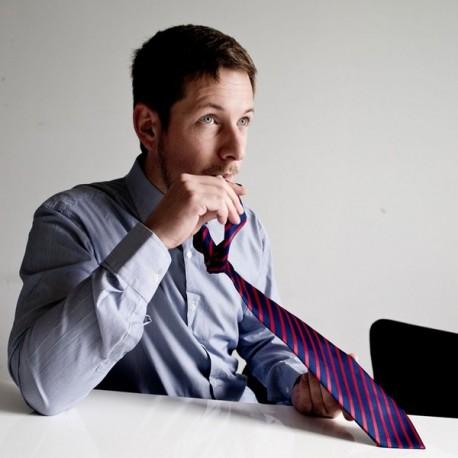 Cravate avec réservoir pour boisson