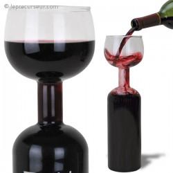 Bouteille doublée d'un verre à vin